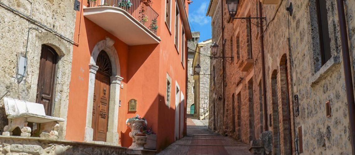un_vicolo_del_centro_storico_di_aquino_nel_lazio